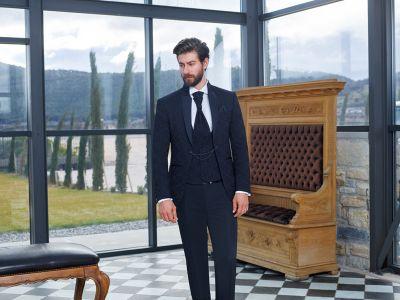 Abito slim fit alla coreana nero damascato con gilet e cravatta